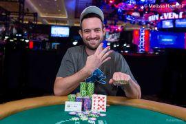 Joe Cada señala su marcador particular (WSOP)