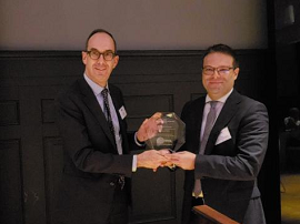Juan Espinosa recogiendo el premio [Foto: DGOJ]
