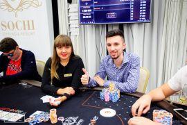 Laka y su crupi del día 3 (Foto: Pokernews)