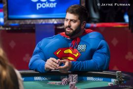 Hero call vestido de Supermán (Foto: WSOP)