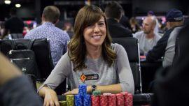 El poker y Kristen se sonríen mutuamente.